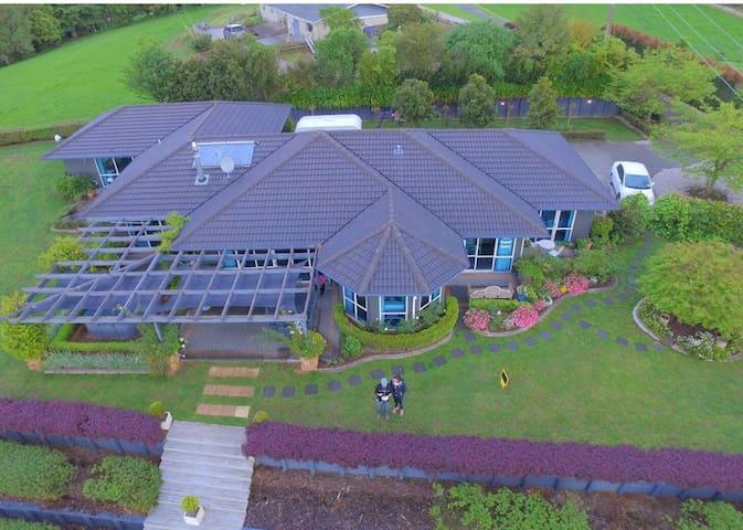 Premier  queen  Waitomo Orchard Estate B&B - Waitomo  - Гестхаус