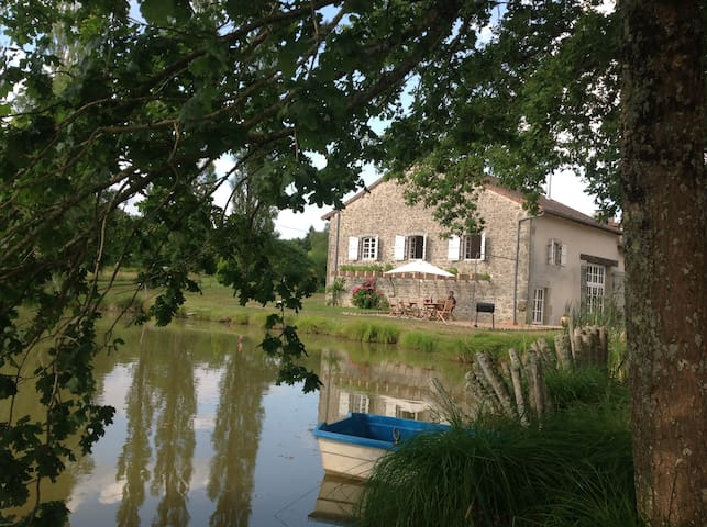 Gite in rural setting with Pool, Lake and Pétanque - Champniers-et-Reilhac - Casa