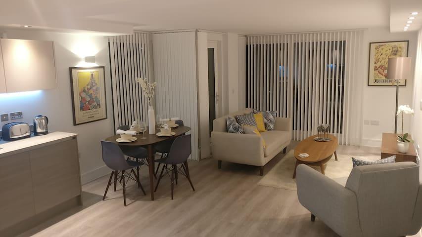 Luxury Two Bedroom Flat. ENSUITE, BALCONY, WiFi - Edgware - Apartment
