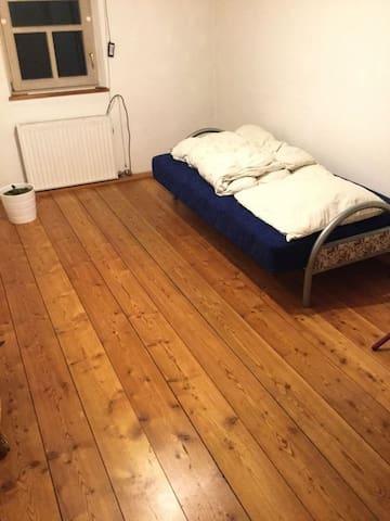 Sandsteinhaus-Zimmer, ruhige und einmalige Lage - Altdorf bei Nürnberg - Hus