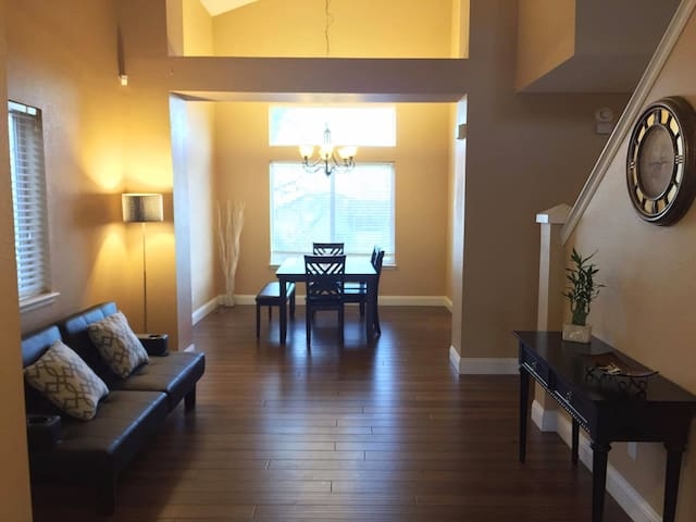 Charming Home with Private, 1000 sq ft Basement - Colorado Springs - Huis