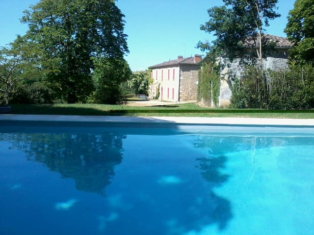 Beautiful Manor with stunning views & own pool - Saint-Martin-de-Lerm - Huis