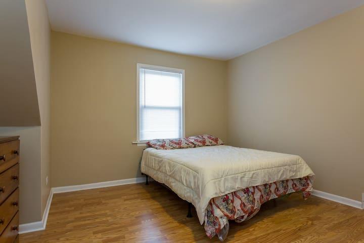Cozy 3 bedroom with parking - Calumet Park