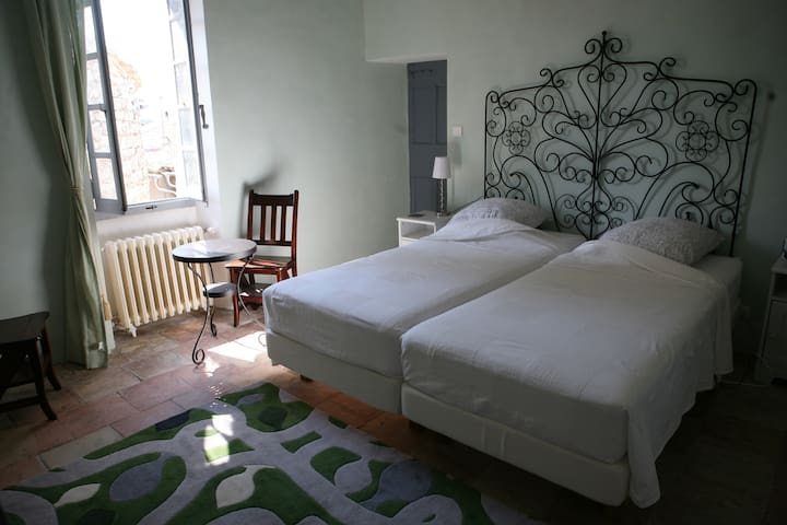 Double room with bathroom in a 16th century house - Argelliers - Adosado