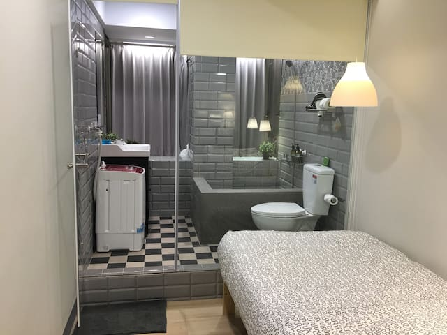 NO8購物西門SOLO旅,全新精緻裝潢文創瓷磚地板,洗衣機、大景觀城景 - 台北市 - Leilighet
