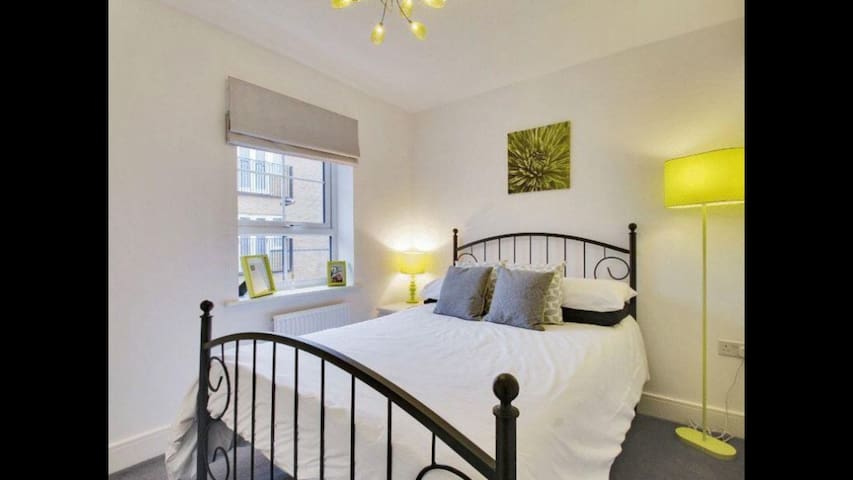 Beautiful modern double bedroom. - Crawley