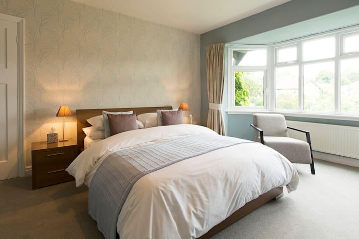Comfortable Room, King Size Bed, Private Bathroom - Leeds - Ev