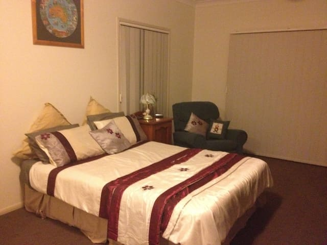 Country Guest Room - Hatton Vale