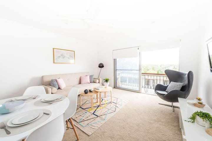 Chic Beach Apartment with Parking - Balgowlah - Appartement