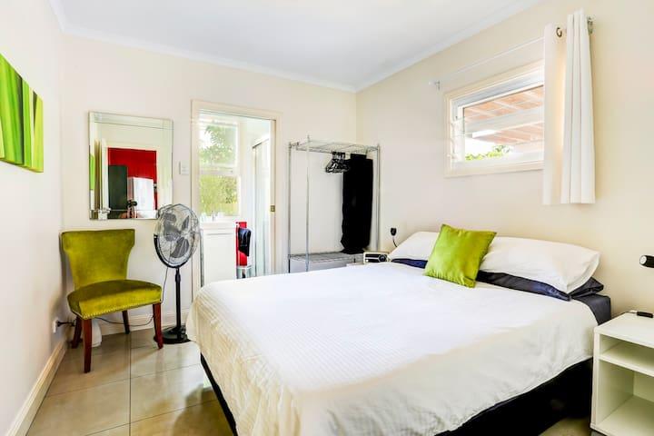Private Retreat Downstairs - Wynnum - Bed & Breakfast