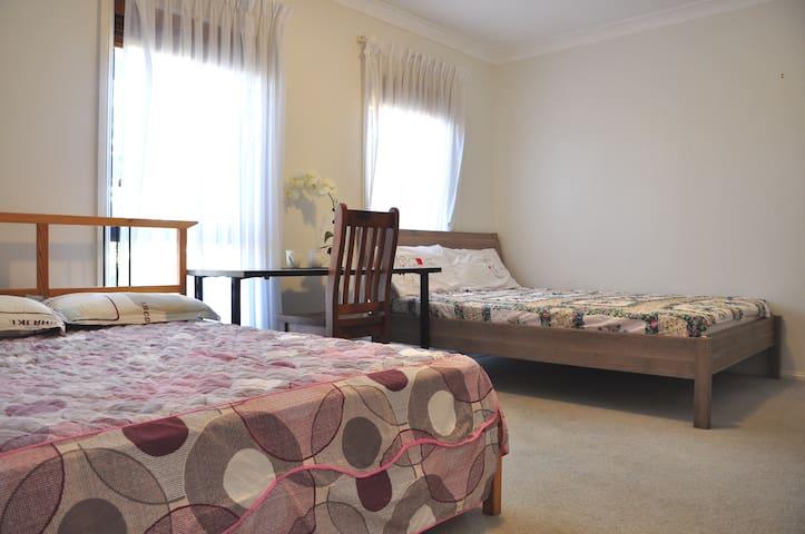 2 beds + ensuite, BBQ, 35min bus to city - Baulkham Hills - Bed & Breakfast