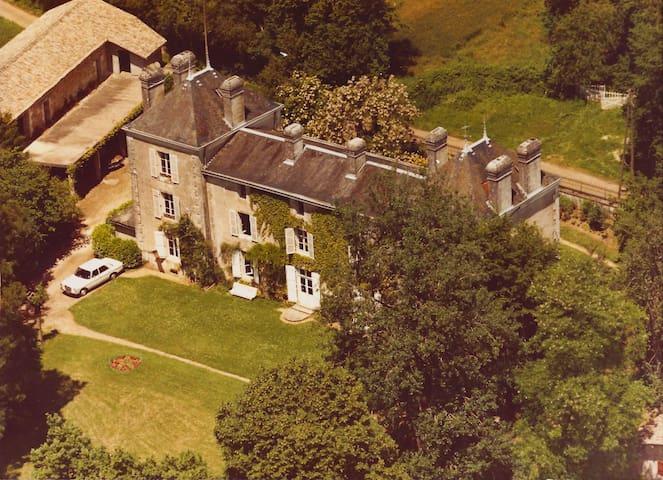 LARGE FAMILY HOUSE FULL OF CHARM - Clussais-la-Pommeraie - Casa