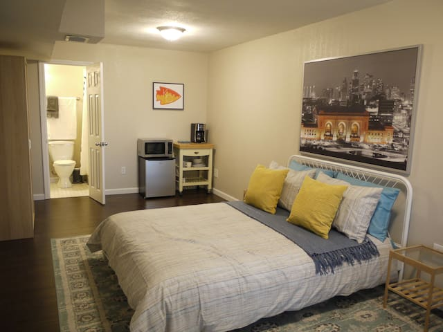 Secluded In the City - Convenient Location - Kansas City - Casa