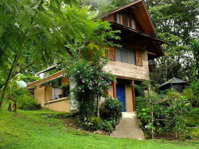 La casita del Rio - Golfito - Dağ Evi