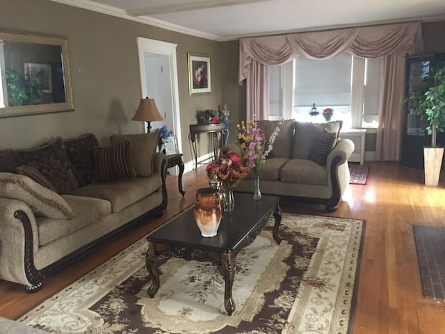 Lovely room in a Colonial House in greater Boston - Lowell - Hus