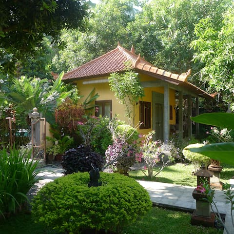 Detached guesthouse with pool 100 m by see - Tejakula - Penzion (B&B)
