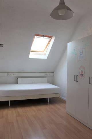 Zimmer in WG, nicht so stylisch aber mega cool - Karlsruhe - Appartement