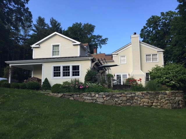 Updated and Expansive Farmhouse - North Salem - Hus