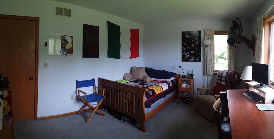 Private Bedroom in a Platteville Home - Platteville - Casa