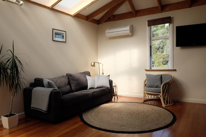Spacious self-contained guesthouse with sea views - Lyttelton