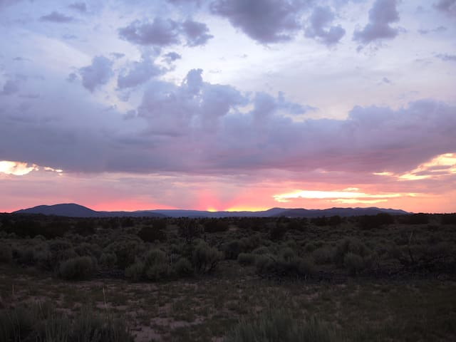 Sunsets and Solitude near Ojo Caliente Spa - Ojo Caliente - Houten huisje