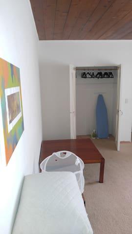 Large private room & bathroom in superb location - Santa Barbara - Appartement