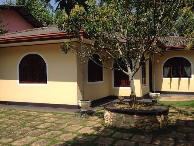 Welcome to pretty Ranjika Villa! - Kaluwamodara  - Maison