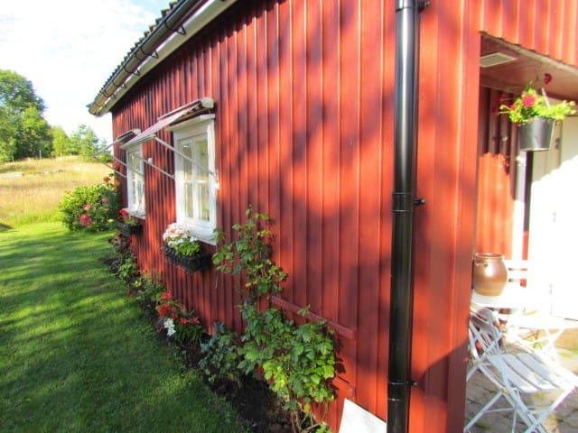 Lillstuga på fårgård vid badsjö utanför Alingsås - Alingsås - Kisház