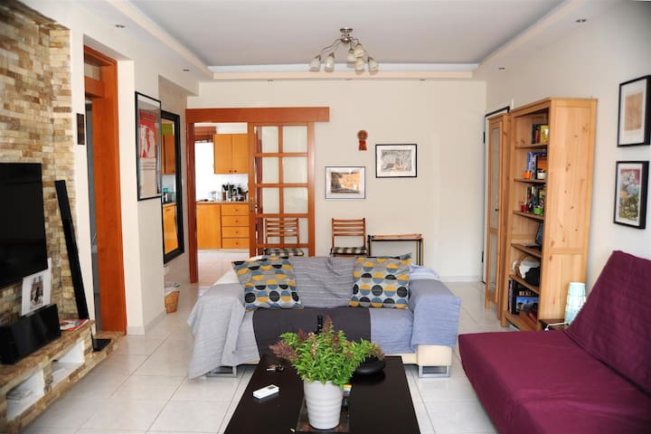 Charming, bright, roof top flat close to the sea - Germasogeia - Apartemen
