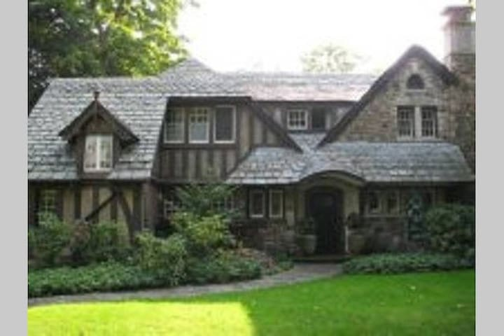 Four Bedroom, Historic Tudor in Maplewood District - Rochester - Hus