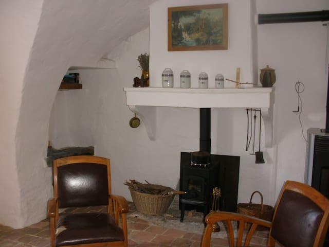 Chambre et pièce à vivre indépendantes, cheminée. - Upaix - Aarde Huis