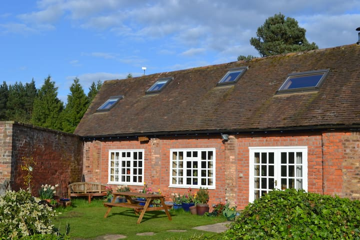 The Barn, set in meadow and woodland. - Shifnal - Talo