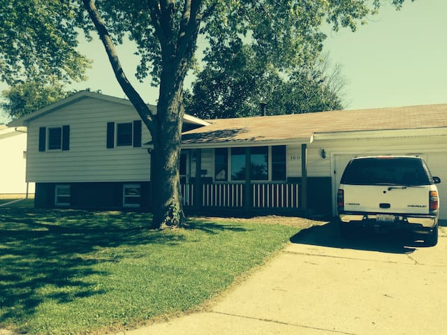 Updated Home in Quiet Area - Rantoul - Casa