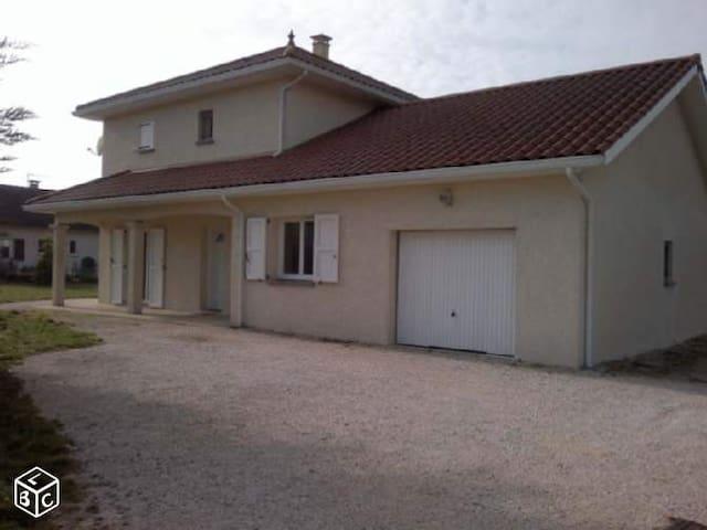 Chambre lit 90 dans une villa récente - Apprieu - Hus