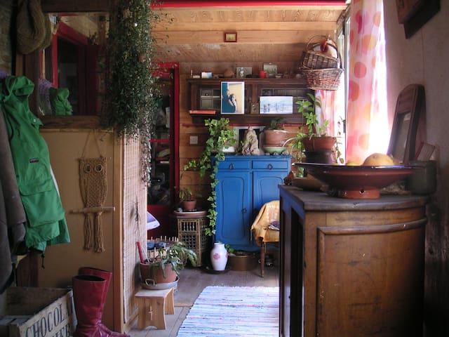 chambre lumineuse, le nid douillet dans l'atelier. - Montfroc - Haus