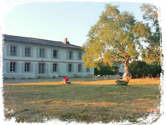 Chambre spacieuse dans belle maison avec piscine - Mondonville - Casa