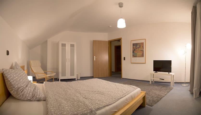 Großes Zimmer in separatem Haus - Neuberg - Casa