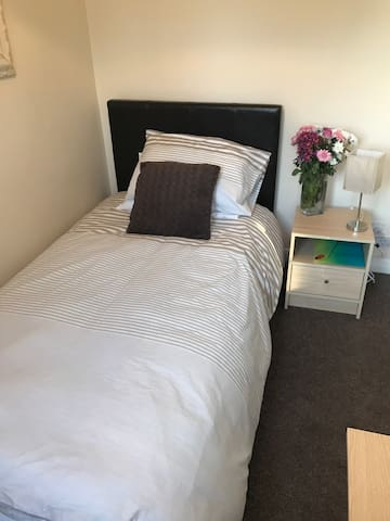 Lovely bright room close to town !! - Beaconsfield - Huis