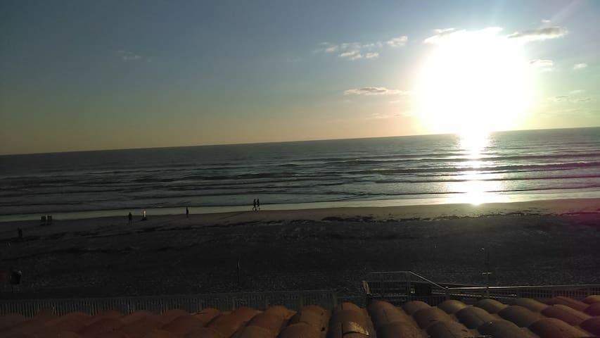 Ocean Front Studio #210 DISCOUNT for week/month - Daytona Beach - Appartement en résidence