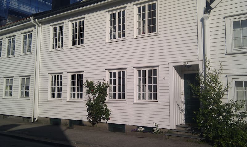 Charming 3 bed apartment + outhouse - Kristiansand - Departamento