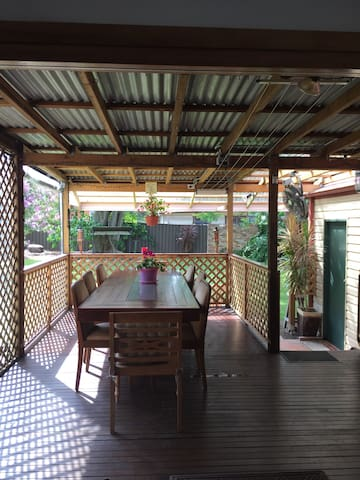 Homely spacious cottage with family friendly hosts - Gwynneville - Casa