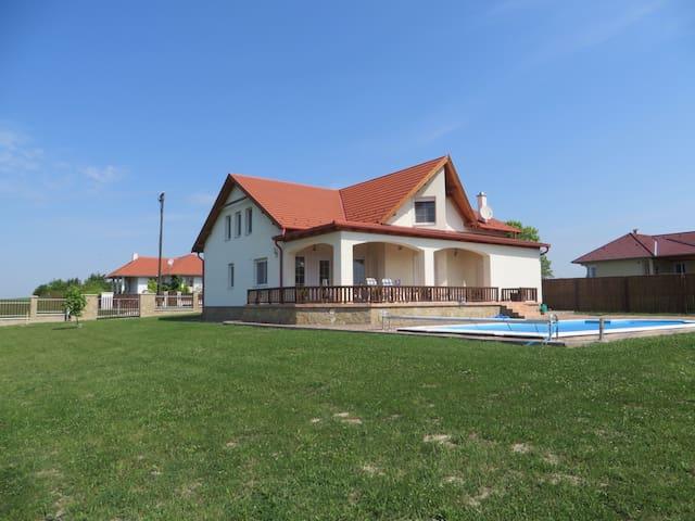 Ruime woning met eigen zwembad - Balatonfokajar - Ev