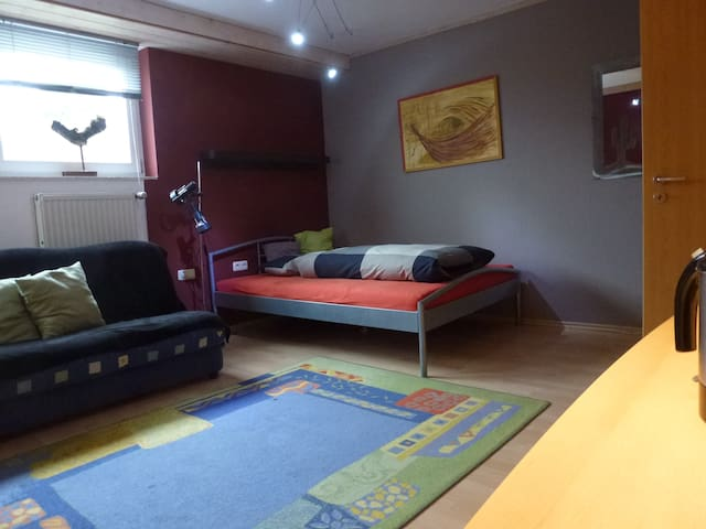 Großzügiges Souterrain-Zimmer mit Dusche/WC - Binswangen - Hus