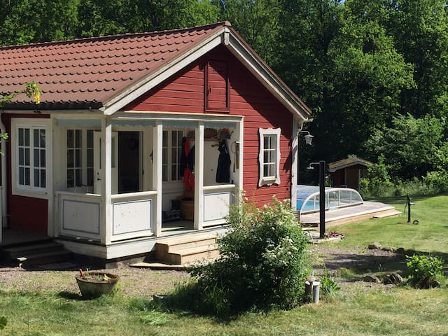 Summerhouse with pool and space for a big family - Linköping N - Huis