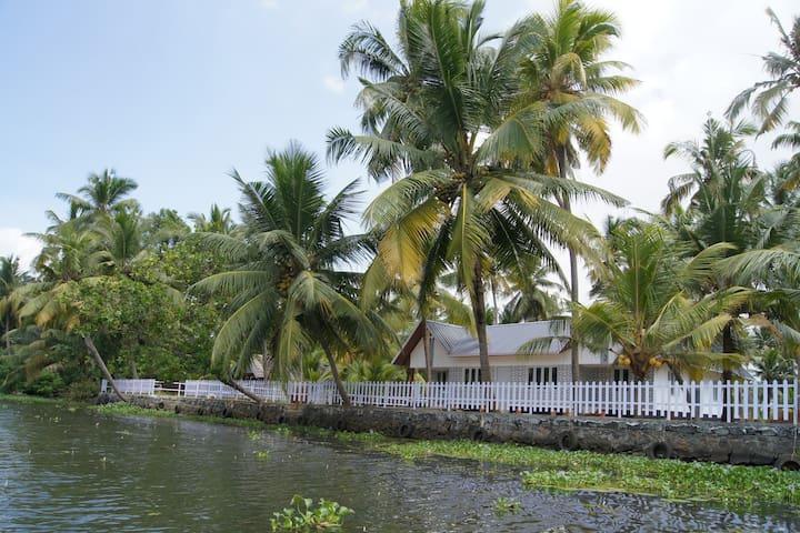 Backwater Facing Cottage Room (a/c)-1 - Kerala - Eiland