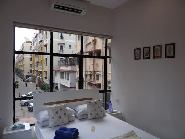 2kms from airport, modern decor, quiet, free WiFi! - Kolkata - Vendégház