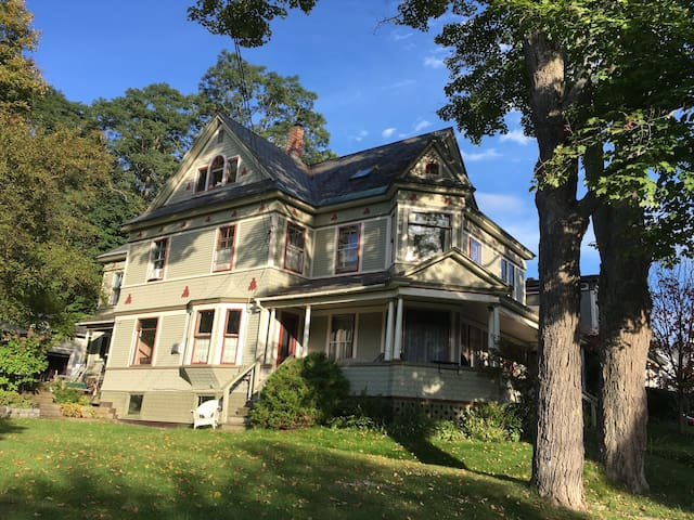 Sunny Victorian Apt, Liberty St near downtown - Montpelier - Appartement