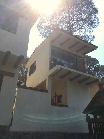 Cozy private room with a balcony. - Valle de Bravo - Condominium