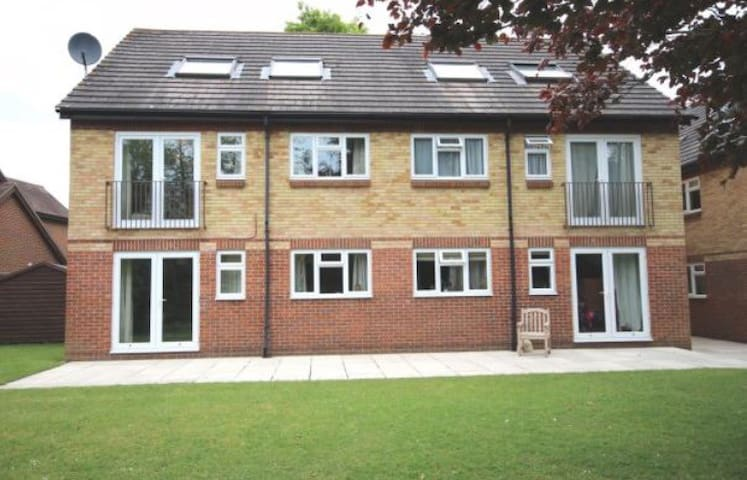 Bright and cosy top floor apartment with parking - Henley-on-Thames - Appartement