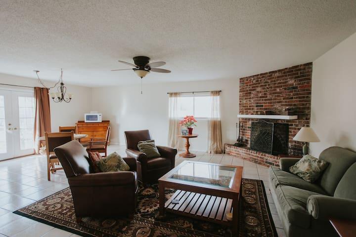 Roomy garage conversion with WiFi - great price! - Corpus Christi